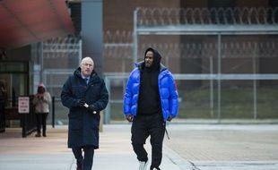 R. Kelly sort de la prison du comté de Cook avec son avocat Steve Greenberg, le 25 février 2019.