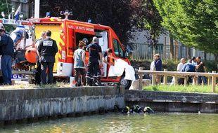 Les secours ont repêché le corps d'un enfant dans le lac de la Reynerie à Toulouse, le 25 juin 2012.