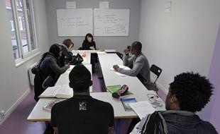 Les associations viennent en aide aux jeunes migrants isolés, comme ici pour leur apprendre le français.
