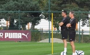 Willy sagnol en compagnie d'Eric Bédouet, son préparateur physique, observe ses joueurs lors d'un entraînement au Haillan, le 17 août 2015.
