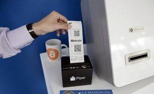 Un utilisateur récupère le récipissé de Bitcoin