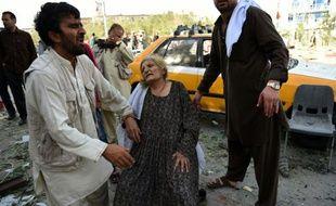 Des Afghans à la recherche de proches après un attentat à la voiture à Kaboul, le 22 août 2015