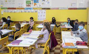 Des élèves masqués dans une classe