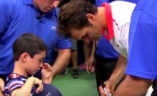 Roger Federer console un petit garçon le 8 août 2015 à New York.