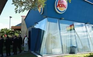 De passage à Santa Cruz en Bolivie, le 9 juillet dernier, le pape François s'est servi d'un Burger King comme d'une sacristie.