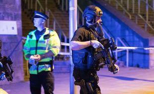 Des policiers devant la salle de concerts Manchester Arena où a eu lieu une explosion, le 22 mai 2017.