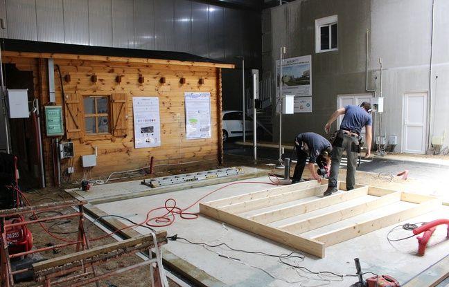 Ce mardi, des artisans s'activaient sous la halle climatique pour construire un nouveau chalet en matériaux bio sourcés afin de tester leur résistance aux aléas climatiques.
