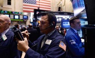Des boursiers en activité à Wall Street, le marché boursier new-yorkais, le 17 octobre 2014