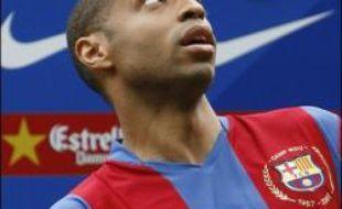 L'attaquant français Thierry Henry a été officiellement présenté comme nouveau joueur du FC Barcelone, lundi, aux côtés du président Joan Laporta et du directeur sportif Txiki Begiristain.