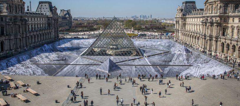JR a créé un collage géant pour les 30 ans de la pyramide du Louvr, le 29 mars 2019