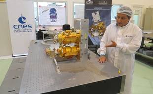 Yves André, chef du projet Microscope au Cnes, explique le fonctionnement du micro-satellite.