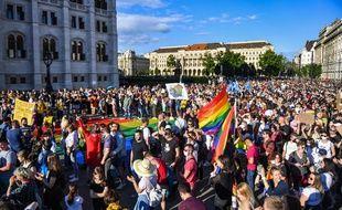 Manifestation devant le parlement à Budapest contre une loi interdisant la représentation de l'homosexualité, le 14 juin 2021.