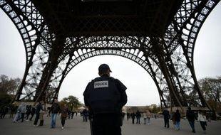 Un policier patrouille près de la tour Eiffel à Paris le 14 novembre 2015