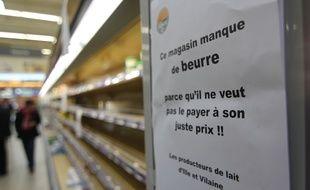 Le rayon crèmerie du supermarché Cora de Pacé près de Rennes, où des éleveurs sont venus protester contre la pénurie de beurre.