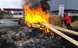 """Les agriculteurs bretons se sont déclarés """"satisfaits"""", samedi à Rennes, en sortant d'une table ronde où étaient présents les distributeurs, après une semaine de blocages de plates-formes de la grande distribution dans l'ouest pour dénoncer les marges des grandes surfaces."""