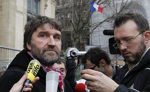 Eric Vercoutre (à gauche), entraîneur de l'ASMarck (CFA2) et syndicaliste chez Sea France, à la sortie du tribunal de commerce de Paris, le 3 janvier 2012.