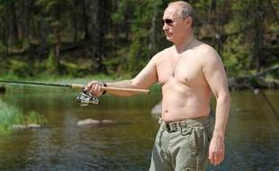 Vladimir Poutine pêche torse nu le 26 juin 2013.