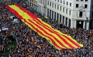 Brandissant une bannière géante de 100 mètres unissant drapeaux espagnol et catalan, des dizaines de milliers de personnes sont venues manifester en famille samedi à Barcelone pour l'unité de l'Espagne, en réponse à l'immense chaîne humaine indépendantiste du 11 septembre.