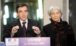 """Le Premier ministre François Fillon présentera lundi le décret """"sur la rémunération des dirigeants des entreprises bénéficiant du soutien de l'Etat"""", a annoncé dimanche soir Matignon."""