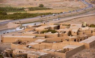 Cette photo prise le 29 juillet 2011 montre le canal d'irrigation qui coule le long de la rue principale du district d'Arghandab, en Afghanistan