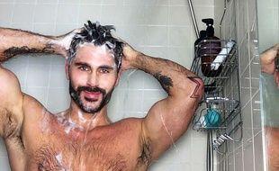 Le défi «HIV shower selfie challenge» a été lancé par Jack Mackenroth, nageur, mannequin et créateur de mode américain, pour lutter contre la stigmatisation des personnes séropositives.