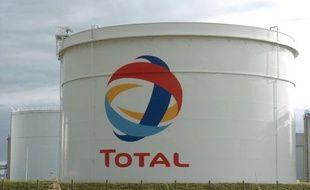 Total a été condamné mardi par le tribunal correctionnel de Saint-Nazaire à 300.000 euros d'amende pour pollution, après la fuite de fuel de sa raffinerie de Donges en mars 2008 qui avait pollué l'estuaire de la Loire.