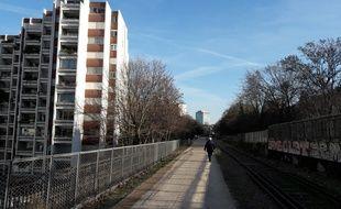 Dans le 15e arrondissement, la promenade de la Petite Ceinture se faufile entre les immeubles frôlant en certains endroits des balcons.