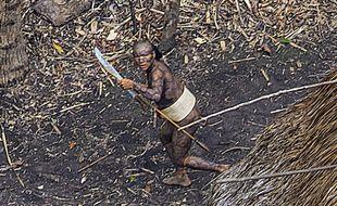 Ricardo Stuckert, ancien photographe du président brésilien Lula, a survolé en hélicoptère une tribu d'Amazonie qui n'est jamais entrée en contact avec l'homme moderne et en a rapporté des clichés qui divisent.
