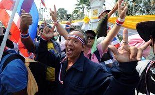 """La Première ministre thaïlandaise, Yingluck Shinawatra, a annoncé lundi la dissolution du Parlement et des élections """"au plus vite"""" pour tenter de sortir d'une crise politique profonde, sans réussir à apaiser les quelque 140.000 manifestants déterminés à faire tomber son gouvernement."""