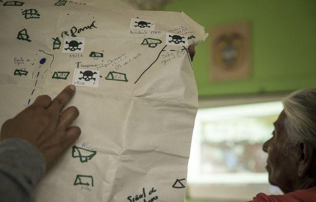 26 AVRIL 2018, COLOMBIE : Atelier de prévention aux mines dans la communauté La Capilla en zone rurale de Caloto. Nestor montre une carte faite avec les membres de la communauté qui recense les accidents d'explosion de mines et les possibles sites dangereux pour identifier les zones à déminer.
