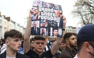 Des supporters de Chelsea manifestent contre le projet de Super Ligue juste avant un match de leur équipe, à Londres le 20 avril 2021.