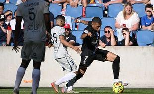 Le défenseur du Havre Elies Mahmoud face à Kylian Mbappe lors du match amical entre le Havre et le PSG dimanche 12 juillet 2020.