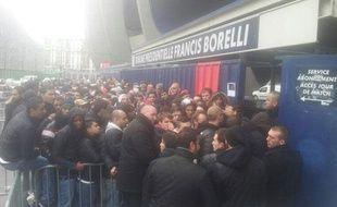 Photo postée sur Twitter de la file d'attente pour la billetterie de PSG-Barcelone, le 18 mars 2013.
