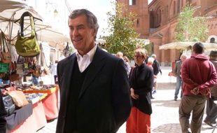 Jérôme Cahuzac déambule samedi 11 mai 2013 sur le marché de Villeneuve-sur-Lot, ville dont il a été maire.