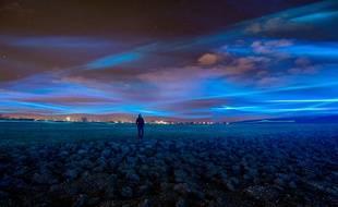 Waterlicht, de Daan Roosegaarde, dessine une grande vague bleue flottant à près de trois mètres du sol.
