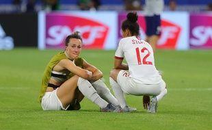 Ici aux côtés de Demi Stokes, la défenseuse anglaise de l'OL Lucy Bronze a craqué, mardi soir, après la cruelle défaite de sa sélection contre les Etats-Unis.