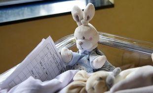 Illustration d'un bébé à la maternité.