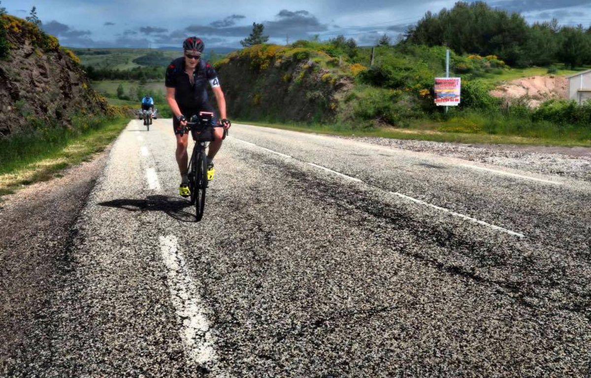 Jean-Acier, un étudiant lyonnais de 19 ans, multiplie les courses à vélo longue distance sur les traces des grands noms de la littérature.  – J.A Danès