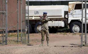 Un membre de la mission des Nations unies au Sahara occidental, devant la base de Bir-Lahlou, au sud-ouest de la ville algérienne de Tindouf, le 5 mars 2016