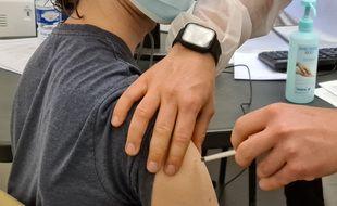 Un étudiant se fait vacciner à Lille.
