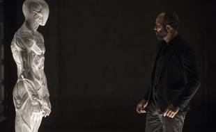 L'acteur américain Jeffrey Wright face à une mystérieuse créature dans la saison 2 de la série «Westworld».