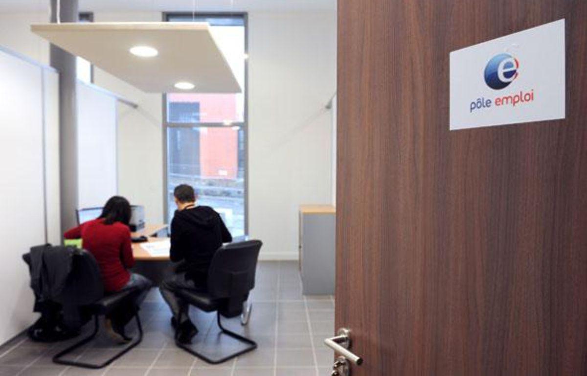 Un conseillère du pôle emploi est en entretien avec un  demandeur d'emploi, le 25 janvier 2010 à Hem. – AFP PHOTO DENIS CHARLET
