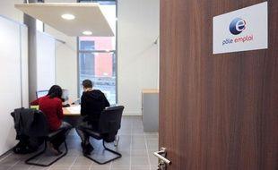 Un conseillère du pôle emploi est en entretien avec un  demandeur d'emploi, le 25 janvier 2010 à Hem.