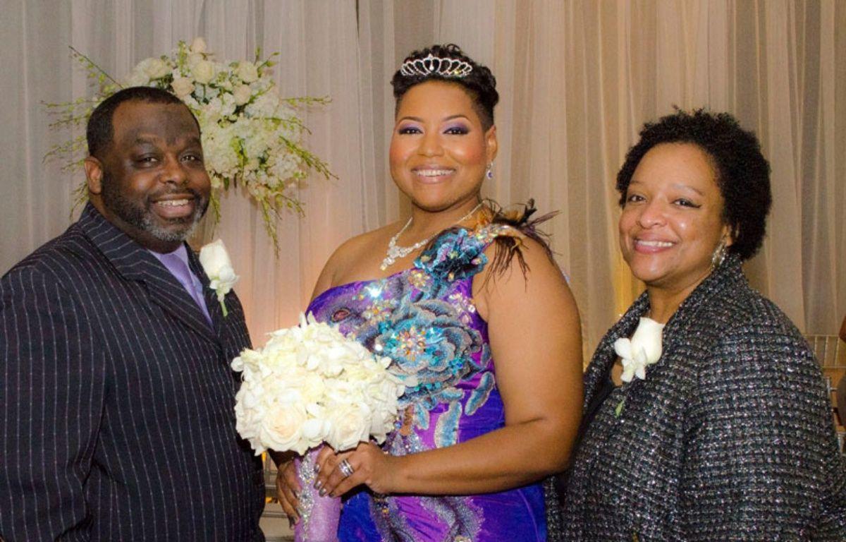 Entourée de ses proches, Yasmin Eleby (au centre) s'est mariée avec elle-même. – Facebook / Yasmin Eleby