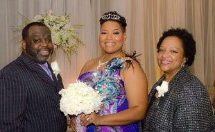 Entourée de ses proches, Yasmin Eleby (au centre) s'est mariée avec elle-même.