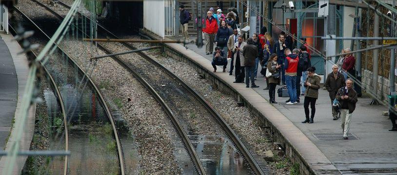 Les voies de la ligne C du RER à Paris. (Illustrations)