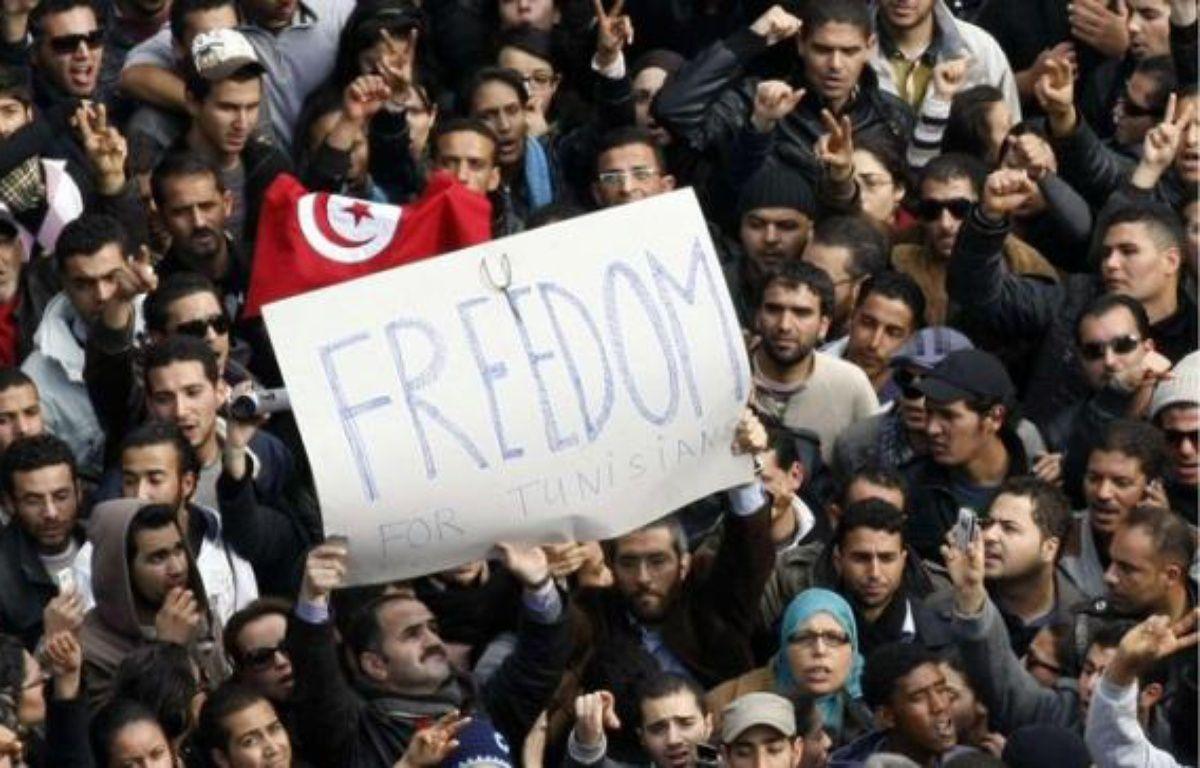Des Tunisiens manifestent leur joie après le départ de Ben Ali, le 14 janvier 2011. – C.ENA/AP/SIPA