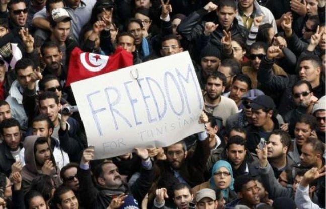 Des Tunisiens manifestent leur joie après le départ de Ben Ali, le 14 janvier 2011.
