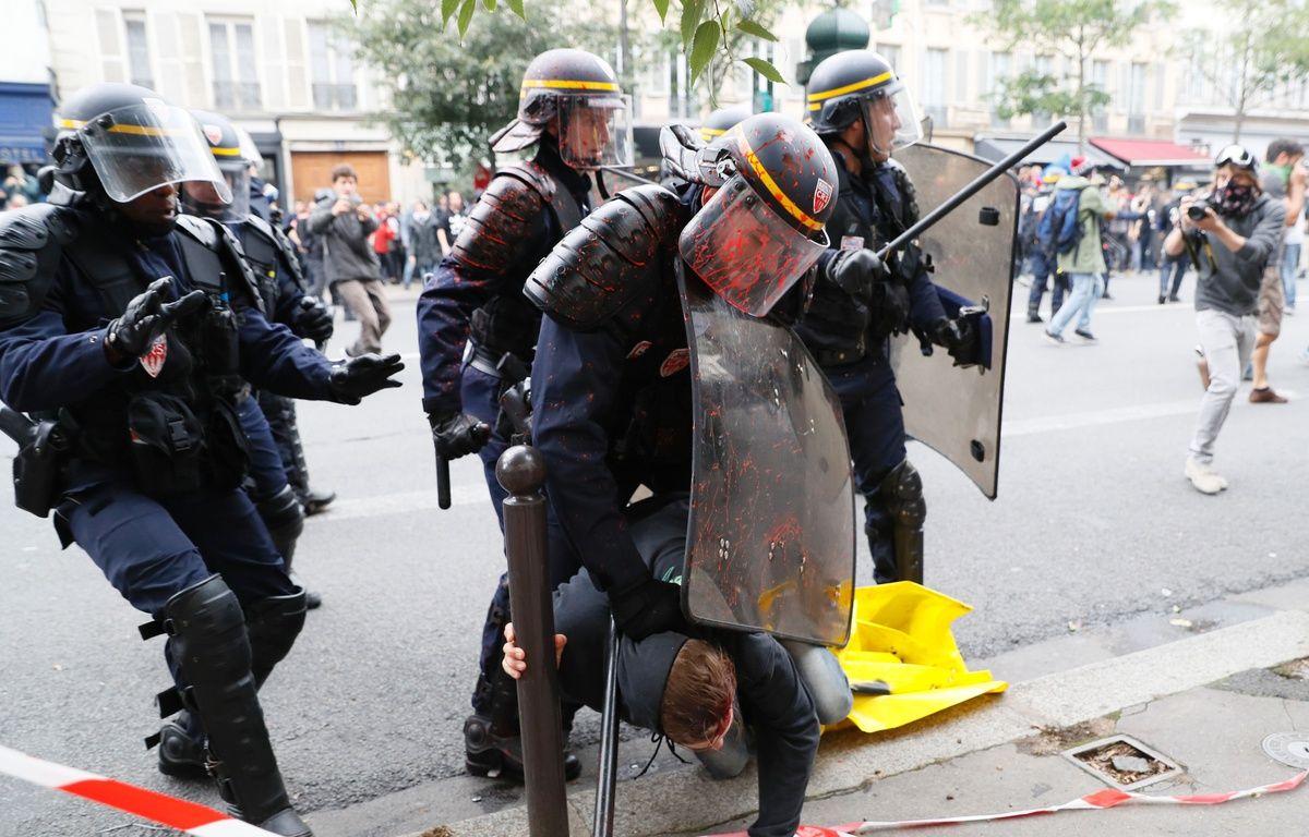 Des policiers se sont fait asperger de peinture rouge lors de la manifestation parisienne contre la loi Travail, le 15 septembre 2016. – AFP