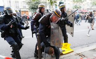 Des policiers se sont fait asperger de peinture rouge lors de la manifestation parisienne contre la loi Travail, le 15 septembre 2016.